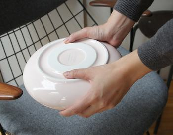 底面には写真のようにくぼみが付いており、親指がはまりますので持ちやすさも抜群。すべりにくさのための工夫が凝らされています。磁器ならではの魅力がいっぱいの湯たんぽです。