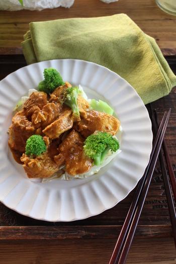 カレーとヨーグルトのまろやかな味が美味しい、タンドリーチキン。10分ほど蒸し焼きにすれば完成します。レシピでは15分程度の漬け込みですが、一晩置いておいてもOK。より味が染み込んで、ジューシーなタンドリーチキンをいただけます。このレシピでは、鶏ムネ肉を使ってヘルシーに仕上げていますが、モモ肉を使っても美味しく仕上がります。