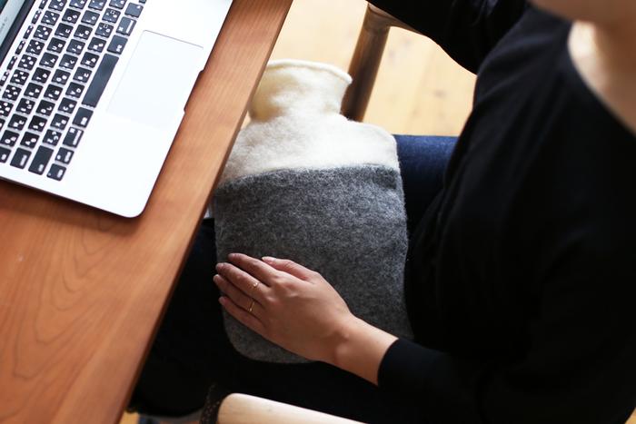 お布団を温めるだけでなく、日常生活で使うことが増えている湯たんぽ。オフィスでのデスクワークやテレビを見るとき、またスポーツ観戦などにも重宝します。ピンポイントで冷えた部分を温められるのも魅力。椅子の背もたれに置いて腰を温めたり、足温器にしたり。使い方は自在です。