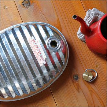 レトロなデザインが懐かしい「松野屋」のトタン湯たんぽ。お布団の足元をはじめ、普段の生活でも湯たんぽを身につけるだけでぽかぽか。