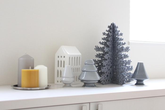 普段から玄関のインテリアにこだわっている方も、そうでない方も、玄関まわりは来客のときも一番最初に目につくところなので、クリスマスの飾りつけにぴったりですね。素材やサイズが違うツリーも色身を揃えておしゃれに♪