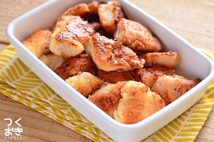 揚げ物の定番といえば、鶏のから揚げです。こちらの鶏のから揚げは一般的なから揚げとは少し違い、塩麹を漬け込んでいるのが特徴。麹の酵素が働き、表面はサクサクでも中がやわらかい食感のから揚げを作ることができます。一晩漬けこんでおくと、より一層やわらかくなるそうです。揚げるときは、鶏肉を返す以外は手をつけないようにすることがポイントですよ。