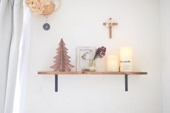 もっと小さいサイズのツリーなら、ウォールシェルフ(壁かけ棚)に飾り付けるのはいかがですか?最近では、ウォール(石膏ボード)用の壁かけアイテムがたくさん販売されているので手軽にかわいく飾りつけられますね!