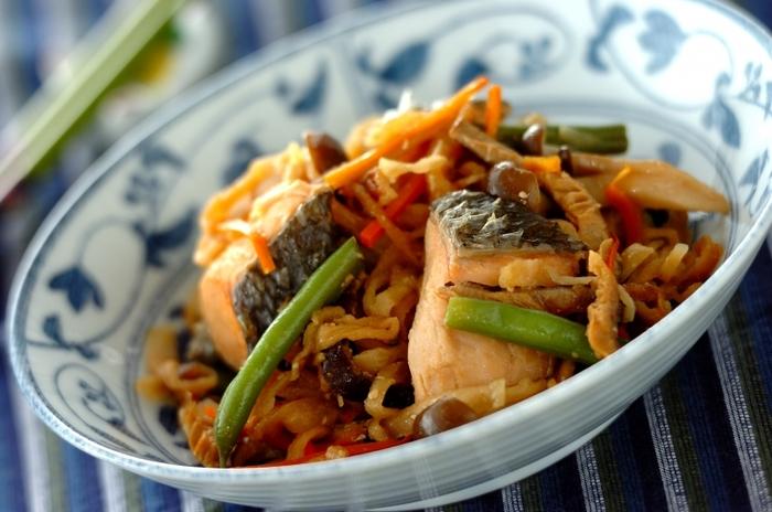 鮭と切干大根の炒め物のレシピです。漬けこむ調味料は、醤油やみりんなどの和風ベースのもの。具材を漬けこむときは、切干大根を水に戻す必要はありません。漬けこんだ具材は冷凍保存するので、そのときに戻るためです。ヘルシーで優しい味わいの炒め物ですよ。