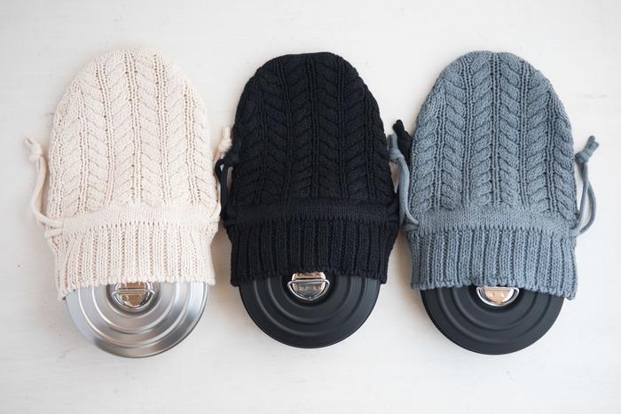 肌ざわりも抜群のニットカバー。カラーは、ナチュラル、ブラック、グレーの3種類。お帽子みたいで可愛らしいですね。