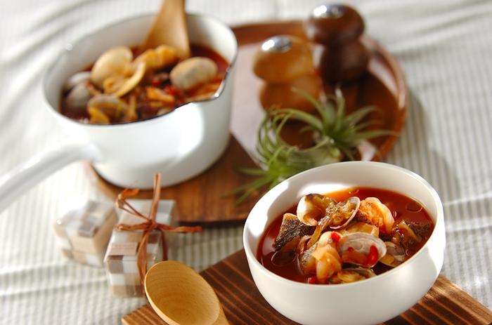トマトベースのシーフードスープのレシピです。一口大に切ったタラとあさり、玉ねぎにトマトピューレを漬け込んで冷凍するだけ。あとは煮れば、この季節にピッタリな温かいスープが完成します。冷凍するときは、タラとあさりの風味が落ちないように、トマトピューレを絡ませるように漬けこむのがポイントです。