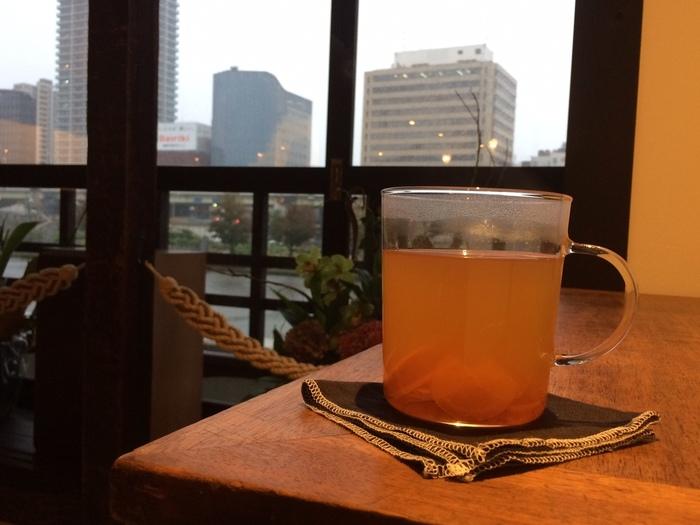 人気の「自家製ジンジャエール」は、ホットもおいしい。寒い日に、生姜の風味でしっかり温まって。