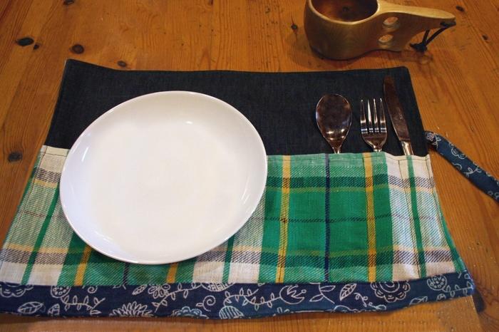 カトラリーを入れるポケットがついたランチマット。家で使うのはもちろん、くるくる巻いてピクニックなどに持っていくこともできます。