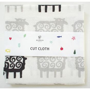 小物をたっぷり作ることができるサイズの、クリッパンのカットクロスです。モノトーンの羊柄は、大人でも子どもでも似合います。