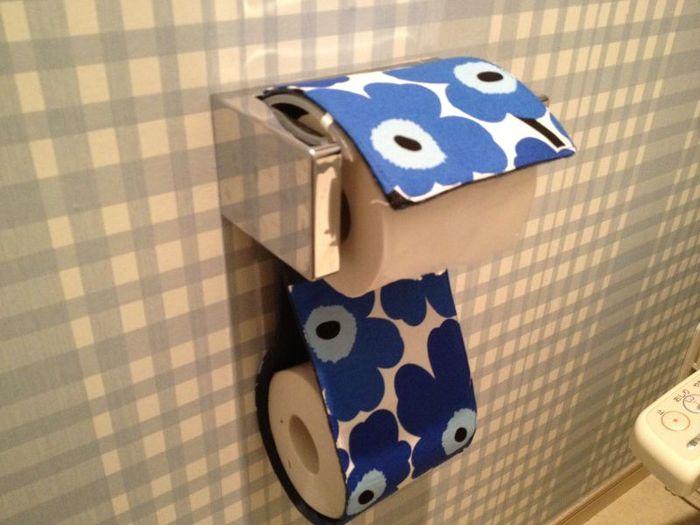 鮮やかな布でトイレットペーパーホルダーを作れば、殺風景なトイレもおしゃれな空間に変身します。ポイントは布の裏に接着芯を貼ることです。しっかりとした仕上がりになります。