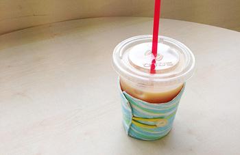 ホットでもコールドでも使えるカップホルダー。水滴を吸い取ってくれるので、プラスチックや紙のカップも快適に使えるようになります。