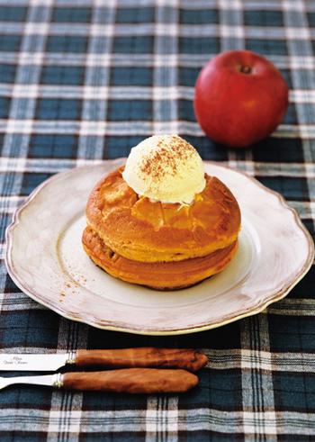 ホットケーキミックスで作るりんごのキャラメルホットケーキ。卵や牛乳、グラニュー糖などおうちにある材料で作れるので、思い付いた時に試せますよ。キャラメル生地と香ばしいりんごの味わいが絶品のホットケーキ。お好みでアイスをのせて召し上がれ♡