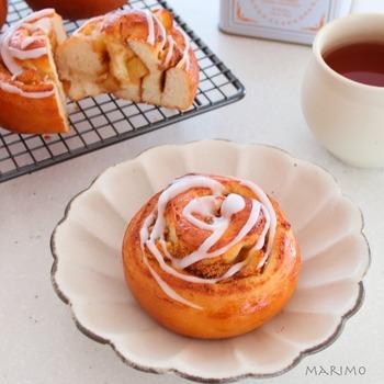 みんな大好きシナモンロールにりんごを入れたアップルシナモンロール。ふわふわとしたシナモンロールにシャリシャリとしたりんごが良いアクセントに。甘いパンなのでおやつにも。ほろ苦い珈琲と一緒にいただきたいですね。
