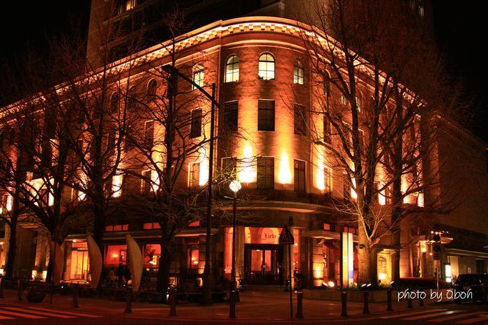夕刻を経てライトアップされた姿は重厚感があり、オレンジ色の街頭と相まってとっても幻想的。