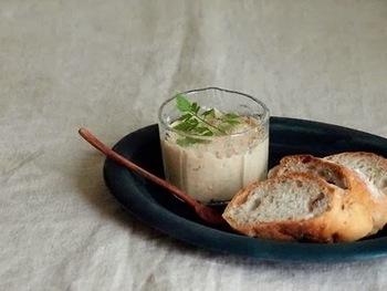 ツナ缶とマスカルポーネを合わせて作るシンプルなレシピ。アンチョビも加えてリッチなディップのできあがりです。大人の上質なおつまみですね。