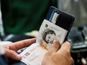 いくら荷物を減らしてもお財布は必需品。それならば、コンパクトなものなら喜ばれるのでは――。  藤井さんがこれまで接客をしてきて、〈グレンロイヤル〉のマネークリップを購入する男性は「几帳面」な印象を受けることが多いそう。整理上手で余計な物を持ち歩きたくないという志向に合ったポイントがあるようです。