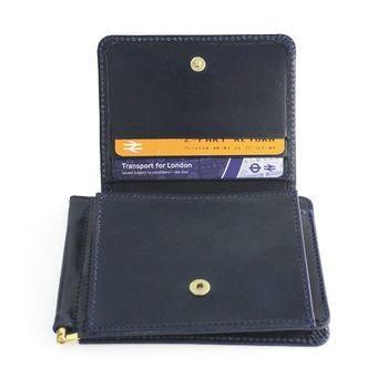 ジャケットの内ポケットに収納できるほどマチが薄くかさばらない。それでいて、長財布と変わらないカードの収納力。さらに、開けばさっとお札を引き抜け、スピーディーなお金の出し入れが可能。  お財布ですら「大きなものは邪魔」と考える男性には非常に重宝されるアイテムと知ると、配偶者や恋人といった大切な男性への特別なギフトとして選ぶ女性も多いのだとか。