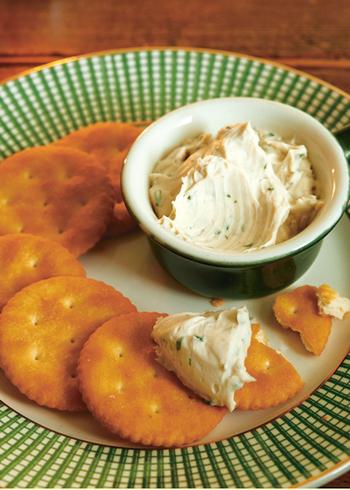 クラッカーやバケットに合うクリームチーズに、もうひと手間。おろしニンニクを加えてつくるイタリアンなディップは、アンチョビやパセリを加えておしゃれな一品に。