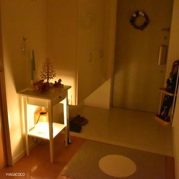玄関はそこまで大きなスペースではないので、小さい台の上のツリーも存在感が出ますね♪帰ってきたときに、ほっこりした気持ちにもなれそう…!