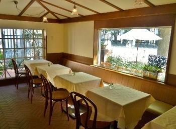 店内は白を基調とした内装でいたってシンプル。そのシンプルな中に木の優しい色合いや、テーブルにちょこんと生けられた小花、そして窓から見える景色が心を和ませてくれます。