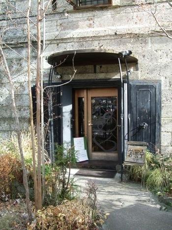石造りの重厚感と、蔵だった過去を思い出させてくれる入口。中に入るのがワクワクしてきますね。