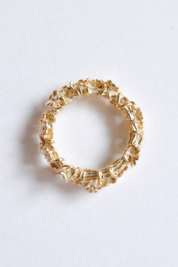 存在感のあるアクセサリーが好きな人は、繊細な印象のゴールドに抵抗があるかもしれませんが、アイテムを選べばインパクト大。 simmonの花冠リングは一輪一輪撚られたロマンチックな雰囲気と、ボリュームあるシルエットの組み合わせが印象的です♪
