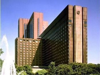 1890年創業と長い歴史が息づく帝国ホテルは東京千代田区にある高級ホテル。JR有楽町駅より徒歩約5分、地下鉄日比谷駅より徒歩約3分と観光にもビジネスにも便利な立地です。宿泊した方は駐車場を無料で使用できるのも都内ではとっても有難いですね。