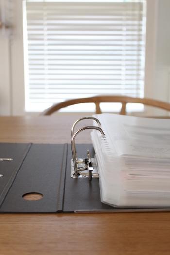 溜まってくると片付けが面倒になる書類。今年のものは今年のうちに整理しておきましょう。給与明細や保険証書や証明書類、各種明細や学校のプリント類。年末年始に必要になる書類や差し替える書類も多いはず。必要になったときに探す手間も省けます。