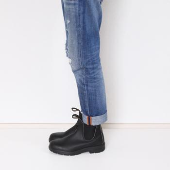 Blundstone(ブランドストーン)の撥水素材のサイドゴアブーツは、スニーカーのような軽い履き心地で、パンツにもスカートにも合わせやすいので、きっと雨の日のコーディネートを楽しくしてくれるはずですよ。