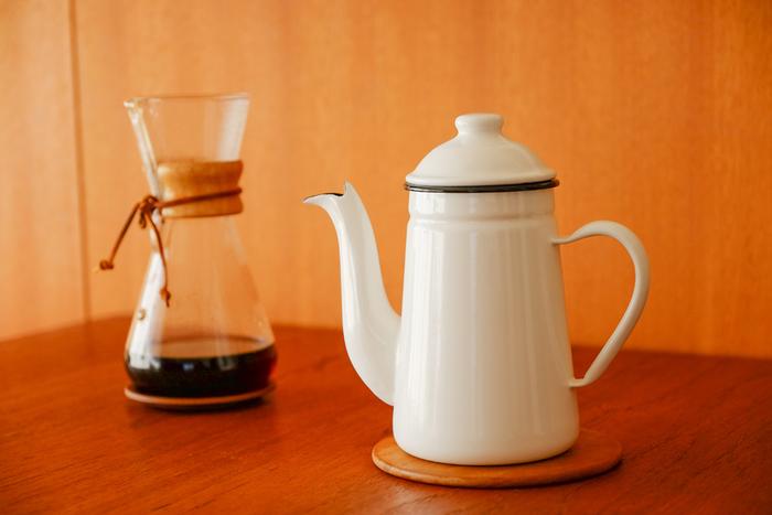 日本を代表するコーヒーメーカーのKalita (カリタ)のケトル。ホーロー製で匂い移りがないので、このケトルでお湯を沸かせば、お茶を美味しく淹れられます。使い勝手もKalitaだけあってこだわりがたくさん。その名が示すペリカンのくちばしのような特徴ある注ぎ口は、ほそーくお湯を注ぐのに最適な細さに絞られています。 シンプルだけど機能的、そしてちょっとほんわかとさせられるユニークな姿できっとキッチンを素敵に見せてくれるはず。