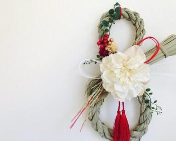 最近では、ハンドメイド作家さんのおしゃれな注連飾りも手軽に購入できますよね。アーティシャルフラワー(造花)を使った独創的なお飾りなら、洋風の玄関にもぴったりですね。