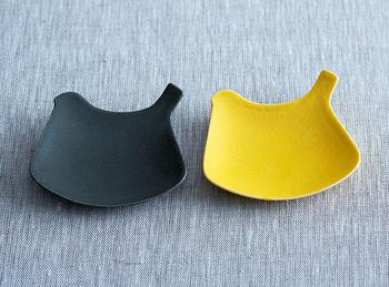ぷっくりとした曲線が愛らしい、イイホシユミコさんの「tori plate」。特徴的ながらも主張しすぎないデザインで、釉薬の色合いや質感が際立つ器です。お醤油や、ちょっとした薬味にちょうどいい小皿サイズは、ついつい何枚も揃えたくなってしまいます。