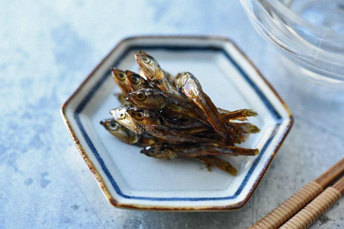 カタクチイワシの稚魚を甘辛く煮た「田作り」。不思議な名前の由来は、昔田んぼの肥料としてカタクチイワシが使われていたからだとか。そのため、五穀豊穣の願いをこめて日本各地でお正月に欠かせない一品になっています。冷凍保存もできるので、多めにつくってお弁当のおかずにしても良いですね。