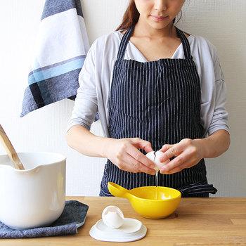 お料理やお掃除をするときに、毎日使うエプロン。 使いやすさだけでなく、見た目のデザインや布選びにもこだわりたいですよね。