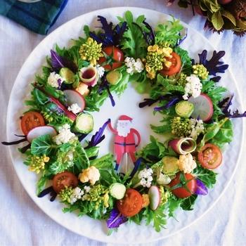 見ただけでクリスマス気分が盛り上がるリース型のサラダ。これ、実は材料を用意したら、あとは並べるだけ。レタスやベビーリーフ、プチトマトのほか、ラディッシュやカリフラワーなど華やかな野菜を加えることで、ぐっと雰囲気がアップします。ドレッシングを数種類用意しておいて、お好みでかけてもらっても。