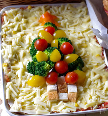 春巻きの皮と市販のミートソース、コーンポタージュ缶で作るラザニア。ソースを作る時間がなくなるから、ブロッコリーとプチトマトでクリスマスツリー風の飾りつけまでできる余裕までうまれます。