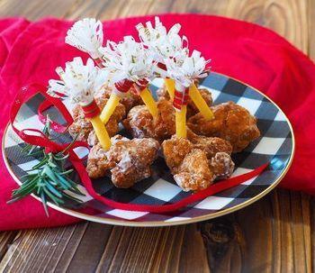 クリスマスといえばチューリップチキンも。でも手羽元からチューリップチキンを作るのはなかなかの手間。そこでもも肉に「じゃがりこ」を刺してチューリップチキン風に見立ててしまうという遊び心たっぷりな時短レシピです。