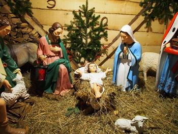 本場のクリスマスマーケットの主役は、「クリッペ」と呼ばれるイエス・キリストの生誕シーンを模した人形です。ドイツでは、クリスマスシーズンとなると「クリッペ」を飾ります。日本ではあま馴染みがないかもしれませんが、この「クリッペ」を見比べるのも楽しみです。