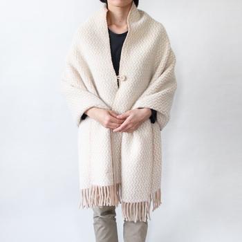 歴史あるスウェーデンの毛糸メーカーKLIPPAN(クリッパン)の100%ラムウールストールで、お部屋でも外出先でもさらっと羽織って即あったかく。