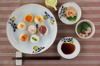小皿や豆皿など、組み合わせて楽しめるのも中皿の魅力。食卓にリズムが生まれます。