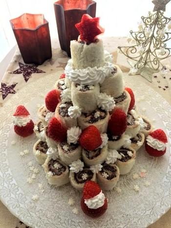 クリスマスツリーのようなロールケーキタワー。食パンでチョコレートクリームを巻いたものを使っているんです。ツリー風に組み立てたらフルーツやクリームを飾りましょう。