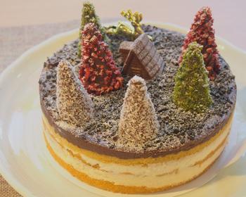 フランスの伝統菓子・マルジョレーヌをモチーフにしたケーキ。上にはかわいらしいツリー風のコーンが。東京・松濤エリアにある一軒家レストラン「ビストロエガリテ」が監修しています。