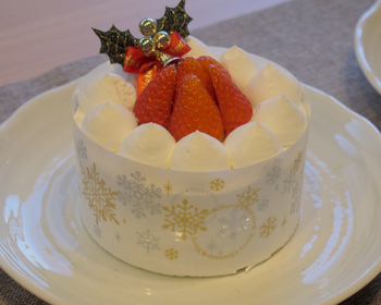 糖質が気になる人も一緒にクリスマスを楽しめるケーキです。100gあたりの糖質量はわずか12.8g。でも、味は普通のケーキと変わらず、誰もが満足できそう。