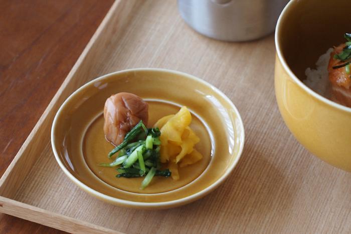 5寸以下の小さなお皿を豆皿と呼ぶことが多いです。こんな風に香の物をよそったりするとオシャレでカフェっぽくなりますね。