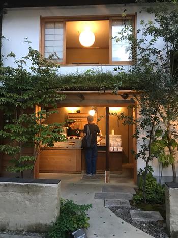 河原町駅から徒歩10分。京都にある豆販売専門店「WEEKENDERS COFFEE(ウィークエンダーズコーヒー)」が2006年に開いたコーヒースタンド。お店は通りの駐車場の奥にあり、日本ならではの四季を感じる佇まいです。