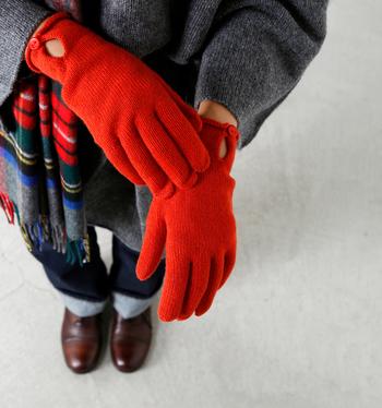 カラー展開は3色。通勤用に使いたい方やキレイめのコーデが多い方はライトグレーやベージュがおすすめです。カジュアル派のあなたは、差し色として赤を試してみるのも◎。防寒だけでなく、重たい印象になりがちな冬コーデのアクセントとして大活躍してくれますよ。