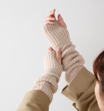 ありそうでない、手の甲から腕までをすっぽり包む風合い豊かなニットグローブ。キャメルとアルパカを使用した、ふっくら肉厚で柔らかな肌触りに癒されます。指先は自由に動かせるので、スマフォの動作や定期の出し入れも楽ちん♪