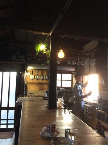 6帖1間の立ち飲み形式の店内。電球のほのかな灯りに照らされながら、ゆったりと休息するのもいいですね。