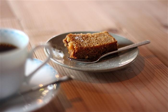 キャロットケーキは、大きさが2種類。コーヒーの合間にちょっと食べたいときには小さい方、おやつに一切れしっかり食べたいときは大きい方と選べます。他にもホットサンドなど軽食も人気があります。
