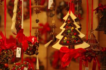 クリスマスのオーナメントはもちろんですが、木工芸品・ガラス製品・銀製品などのドイツの伝統工芸品も販売されています。アドベントカレンダーやアドベントクランツなど、クリスマスを彩るアイテムを選ぶのも◎